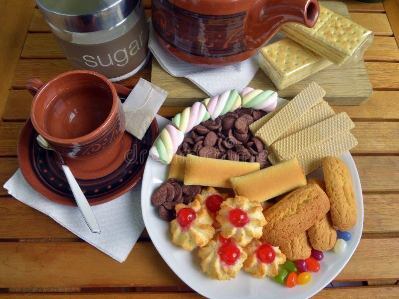 Heb thuis ontbijt met thee en koekjes royalty-vrije stock afbeelding