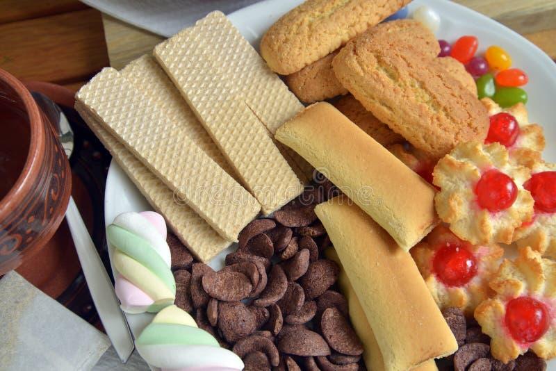 Heb thuis ontbijt met thee en koekjes stock afbeelding