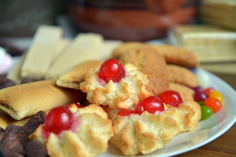 Heb thuis ontbijt met thee en koekjes stock foto