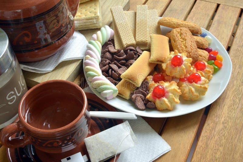 Heb thuis ontbijt met thee en koekjes royalty-vrije stock afbeeldingen