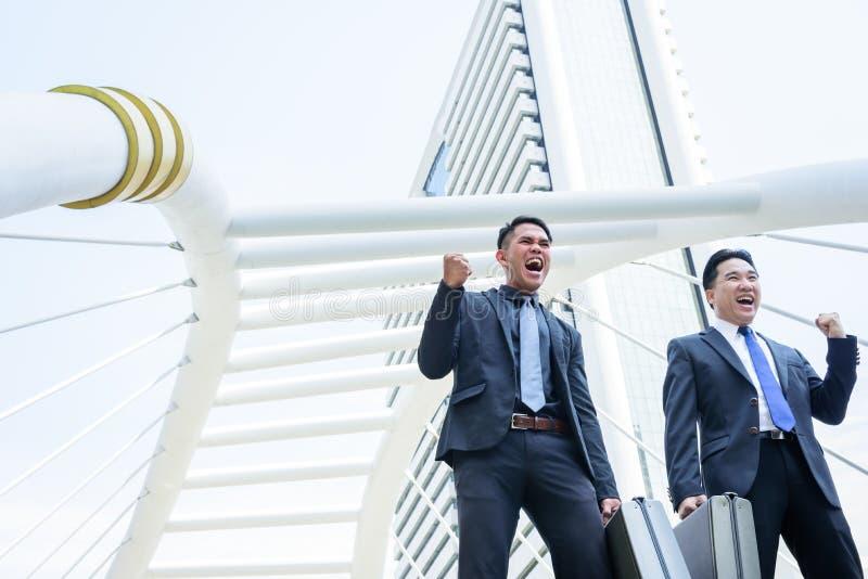 Hebben Aziatische zaken twee overwinning van bedrijfsdoel met de bouw a royalty-vrije stock afbeeldingen