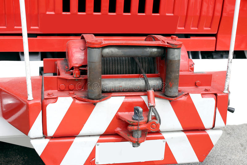 Hebemaschine mit dem Drahtseil installiert auf ein großes Löschfahrzeug lizenzfreies stockfoto