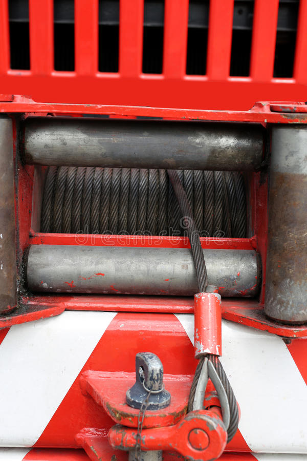 Hebemaschine mit dem Stahldraht installiert auf ein großes Löschfahrzeug stockfotos