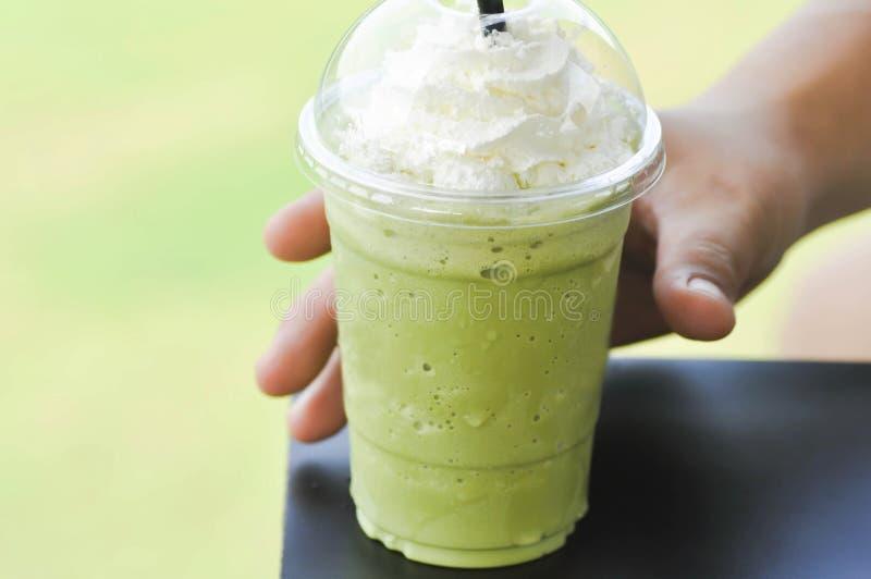 Heben Sie ein Glas grüner Tee frappe auf lizenzfreie stockfotografie