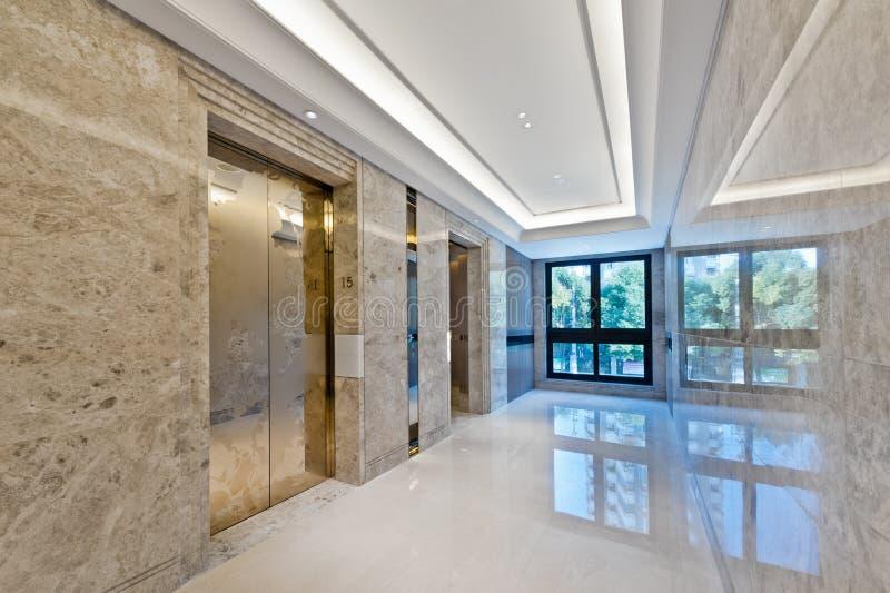 Heben Sie Lobby im schönen Marmor an stockbild