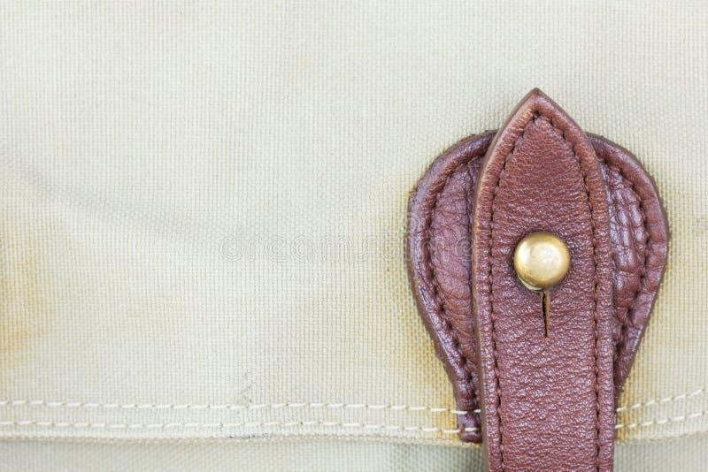 Hebilla del detalle en los bolsos de cuero fotografía de archivo libre de regalías