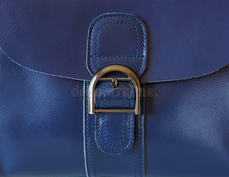 Hebilla en un bolso de cuero imagenes de archivo