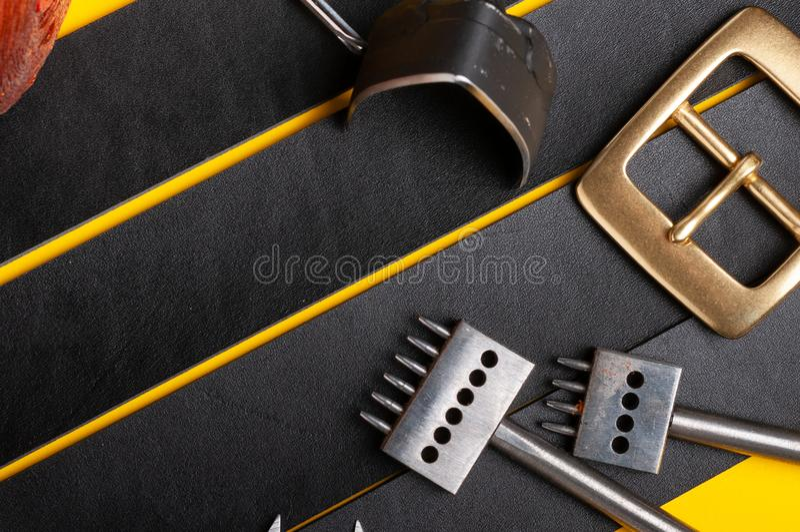 Hebillas del cinturón con las herramientas de cuero en fondo negro de la plena flor Materiales, accesorios en el escritorio del t fotos de archivo libres de regalías