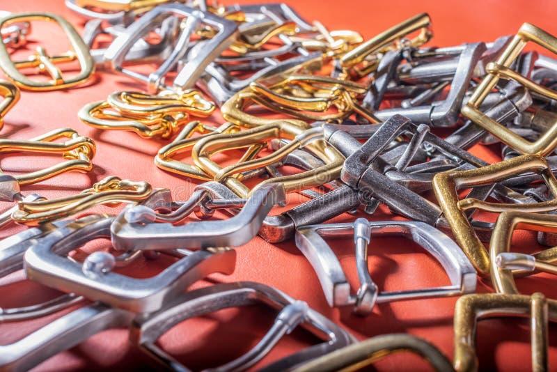 Hebillas del cinturón en fondo rojo de la plena flor fotografía de archivo libre de regalías