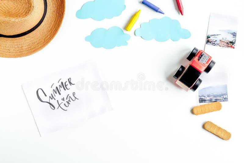 Heblować wycieczkę z dzieckiem z zabawkami i kapeluszową białą tło odgórnego widoku przestrzeń dla teksta fotografia royalty free