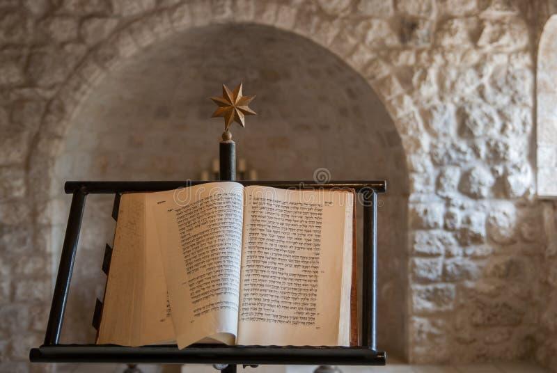 Hebreeuwse geschreven christelijke bijbel bij een vrouwendeel van Beit Jimal-klooster Dit boek bestaat bijbelse manuscripten royalty-vrije stock fotografie