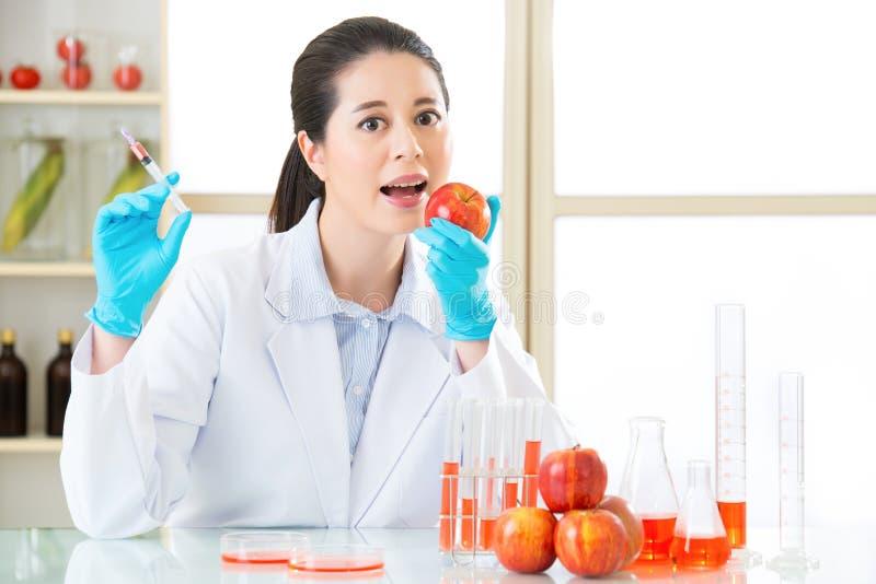 Hebt u de moed om genetische modificatievoedsel te proberen stock afbeeldingen