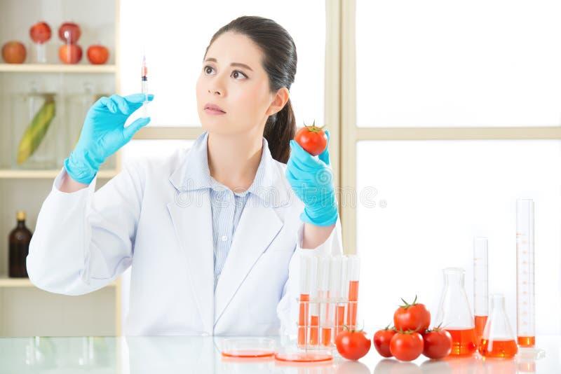 Hebt u de moed om genetische modificatievoedsel te proberen stock foto's