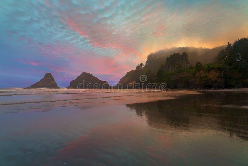 Heceta沿俄勒冈海岸有雾的日落的头灯塔 库存照片