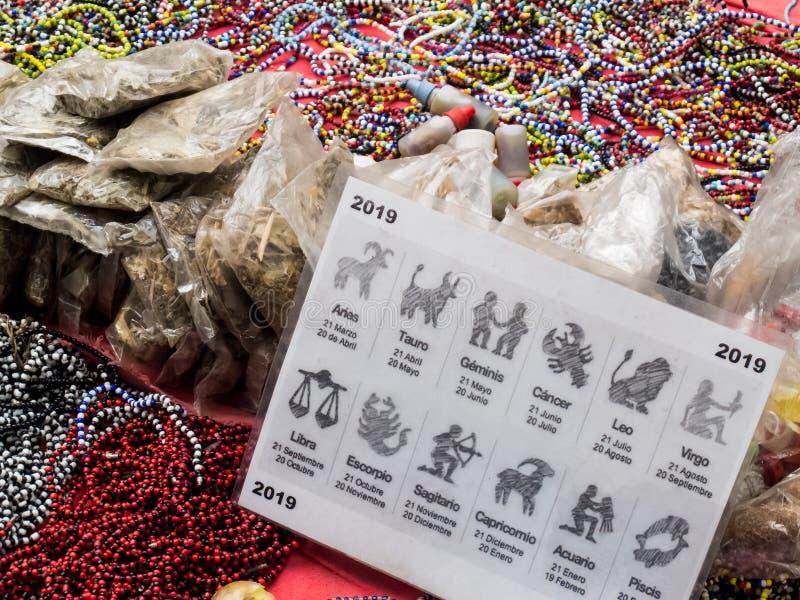 Hechicero que vende objetos, pociones y encantamientos mágicos en las calles del centro de ciudad de Cali foto de archivo libre de regalías