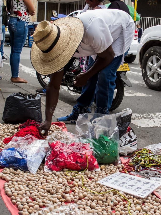 Hechicero que vende objetos, pociones y encantamientos mágicos en las calles del centro de ciudad de Cali imagen de archivo libre de regalías