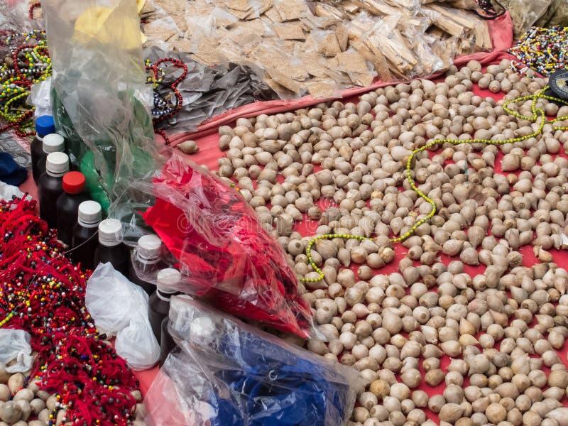 Hechicero que vende objetos, pociones y encantamientos mágicos en las calles del centro de ciudad de Cali fotografía de archivo