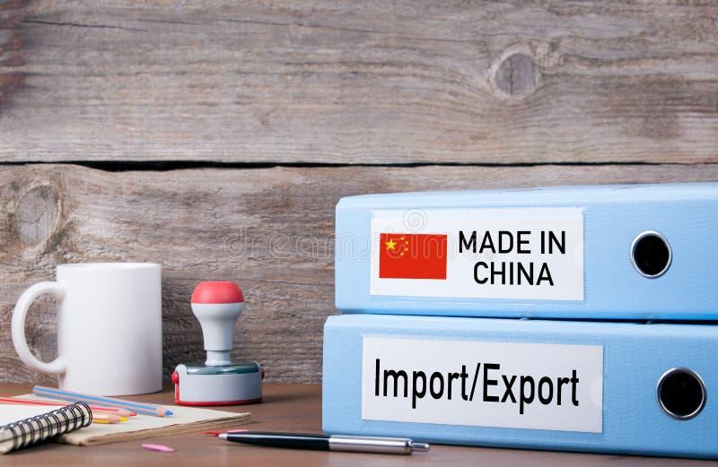 Hecho en China Dos carpetas en el escritorio en la oficina Backg del negocio imagenes de archivo