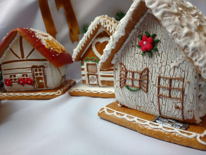 Hecho a mano de las casas de pan de jengibre adornado con la formación de hielo real fotografía de archivo