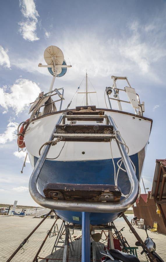 Heck des Segelboots festgemacht auf Trockendock stockfotos