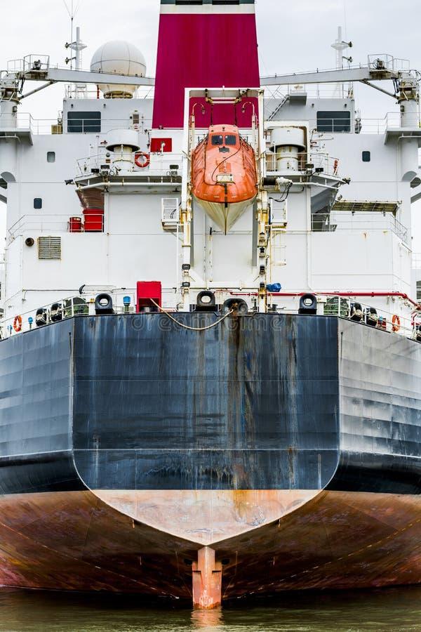 Heck eines Containerschiffs mit orange Rettungsfloß stockfotografie