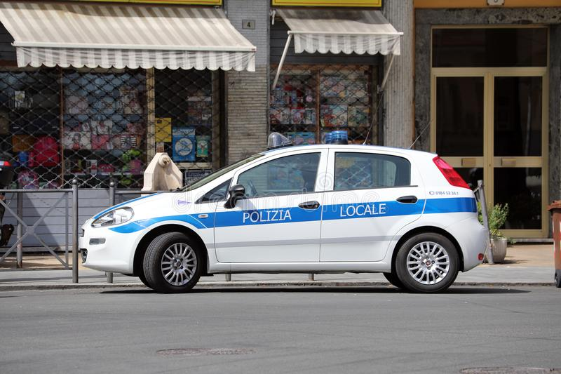 Hecktürmodell-italienische Polizei Fiat Puntos III im Stadtzentrum von Sa stockbild