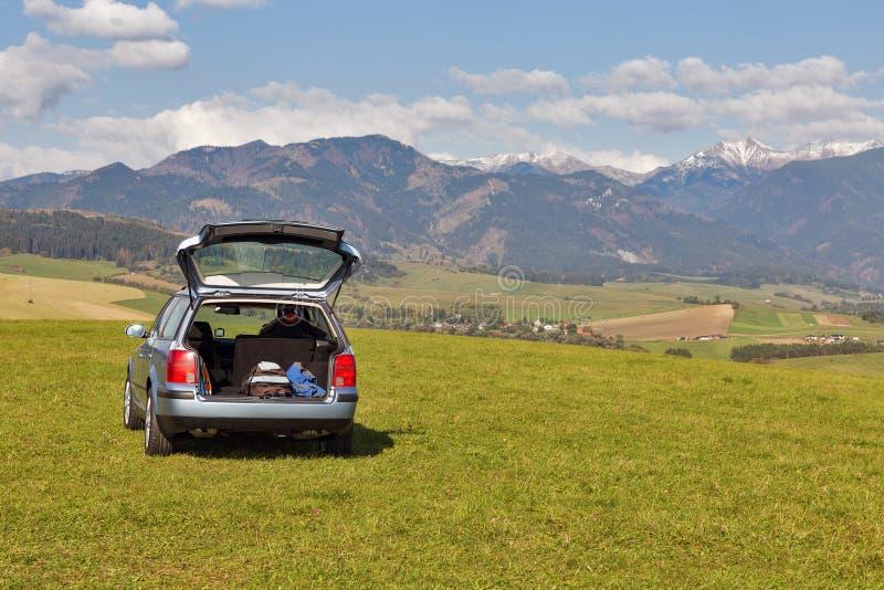Hecktürmodellauto auf die Oberseite des Hügels stockfotos