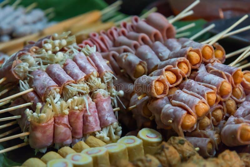 Hed Pun Ham Yang - Thais de straatvoedsel van de stijlbarbecue op de nacht royalty-vrije stock foto's