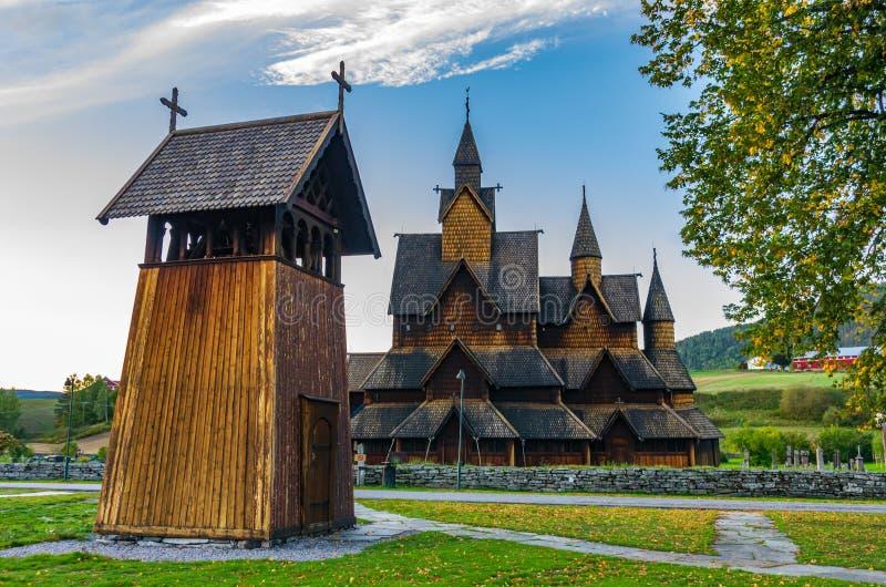 Heddal梯级教会在日落的挪威 免版税图库摄影