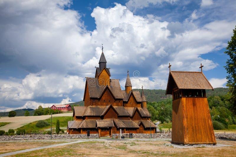 Heddal Stave Church med det Klocka tornet Telemark Norge Scandanavia arkivbilder