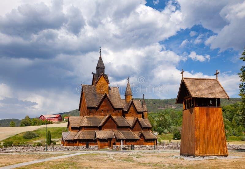 Heddal Stave Church med det Klocka tornet Telemark Norge Scandanavia royaltyfri foto