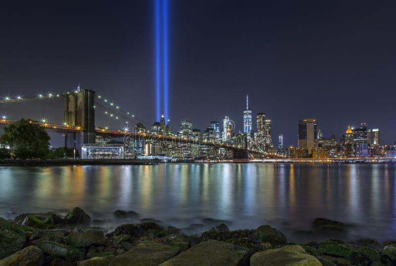 9/11 hedersgåva i ljus på den Brooklyn bron och Lower Manhattan Sk arkivbild