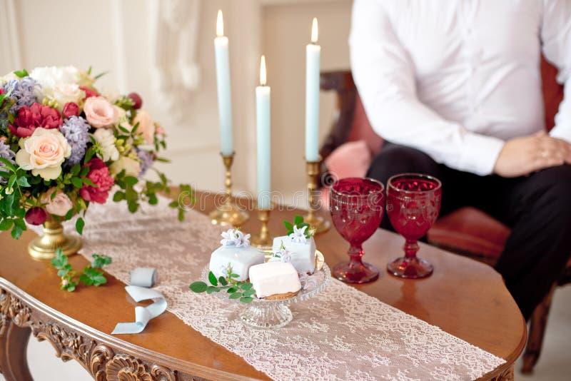 Heeft het close-up gelukkige jonge paar een datum in luxeflat stock foto's