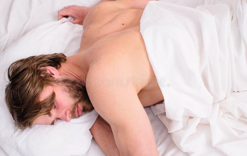 Heeft het mensen slaperige ongeschoren gebaarde gezicht rust Comfortabele matras en hoofdkussens Tijd voor dutje Diep slaapconcep royalty-vrije stock afbeelding