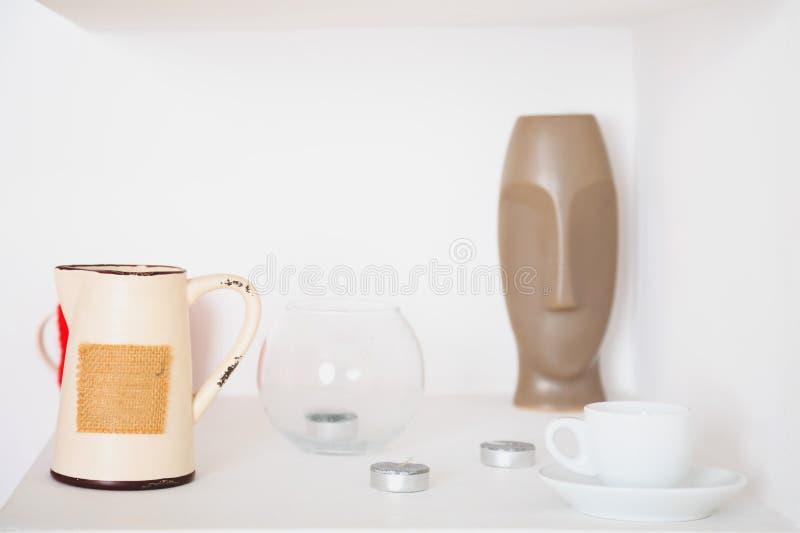 Heeft het witte ontwerp van het kunstdecor, waterkruik, vaas, Kop, kaarsen bezwaar royalty-vrije stock foto
