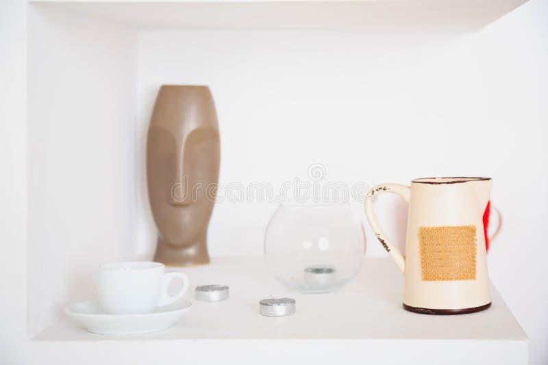 Heeft het witte ontwerp van het kunstdecor, waterkruik, vaas, Kop, kaarsen bezwaar stock foto's