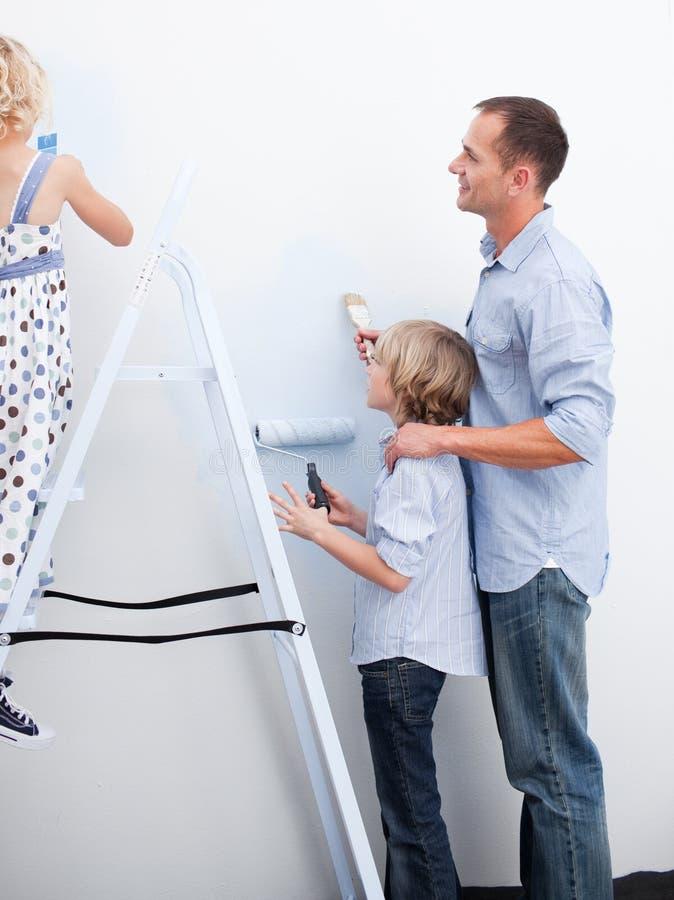 Heel Familie die hun nieuw huis verfraait royalty-vrije stock foto
