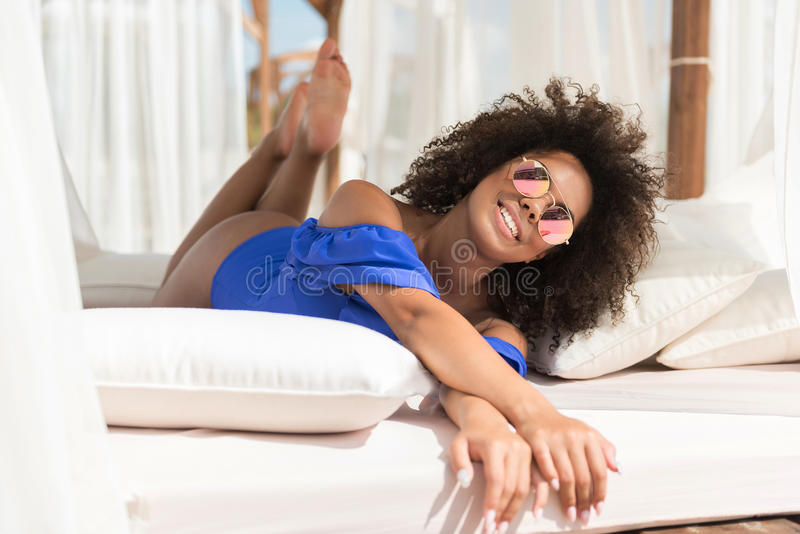 Heel jeugdige Afrikaanse meisje het besteden vrije tijd op strand royalty-vrije stock foto's