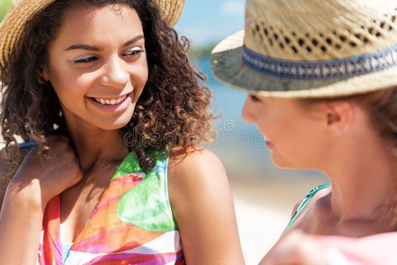 Heel jeugdige vrouwen die buitenkant ontspannen dichtbij water stock foto's