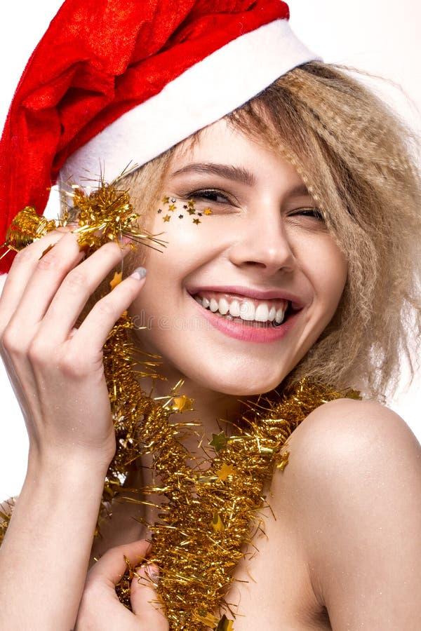Heel vrolijk mooi meisje in Nieuwjaar` s beeld met feestelijke samenstelling, die Santa Claus dragen het gezicht van de glimlachs royalty-vrije stock afbeeldingen