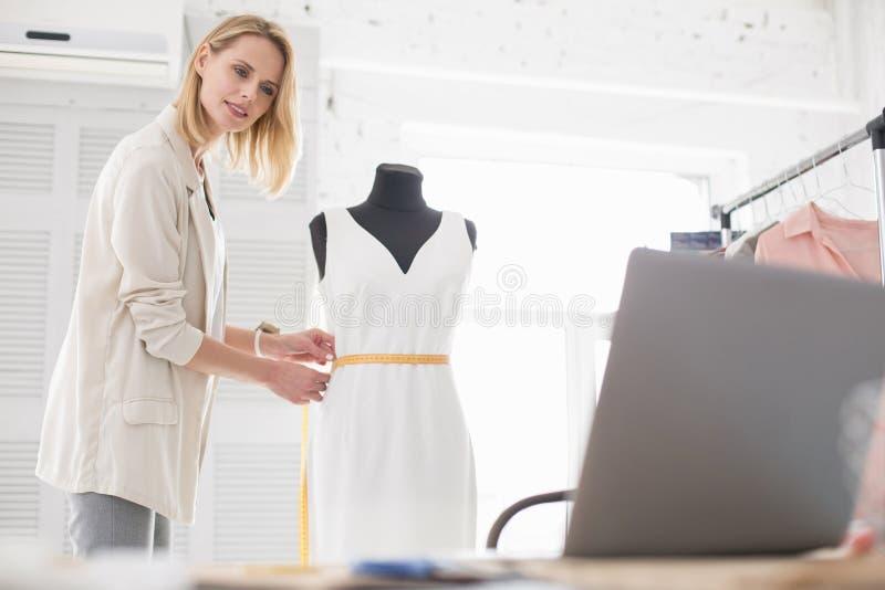 Heel vrouwelijke meer couturier het delen uiteinden online royalty-vrije stock foto's