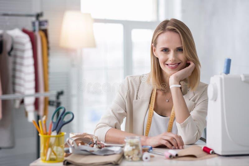Heel vrouwelijke meer couturier plannings nieuwe inzameling stock foto
