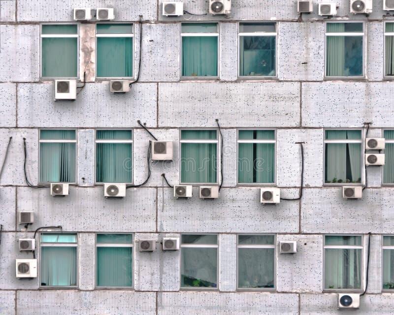 Heel wat airconditioners op de muur stock fotografie