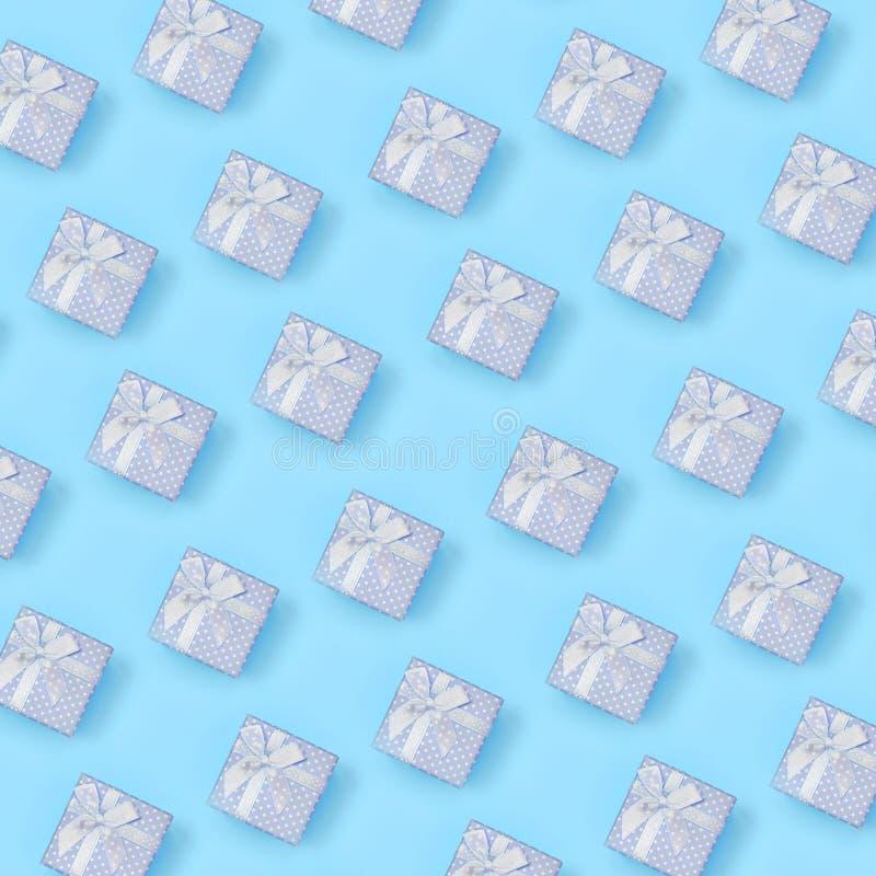 Heel wat blauwe giftvakjes ligt op textuurachtergrond van blauw de kleurendocument van de manierpastelkleur in minimaal concept stock afbeeldingen