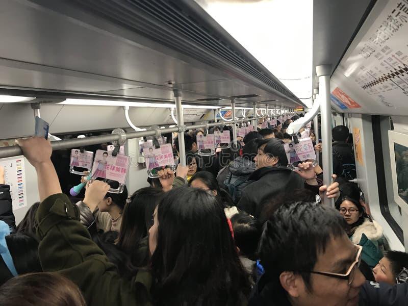 Heel wat Chinese mensen gaan met een metro werken stock fotografie