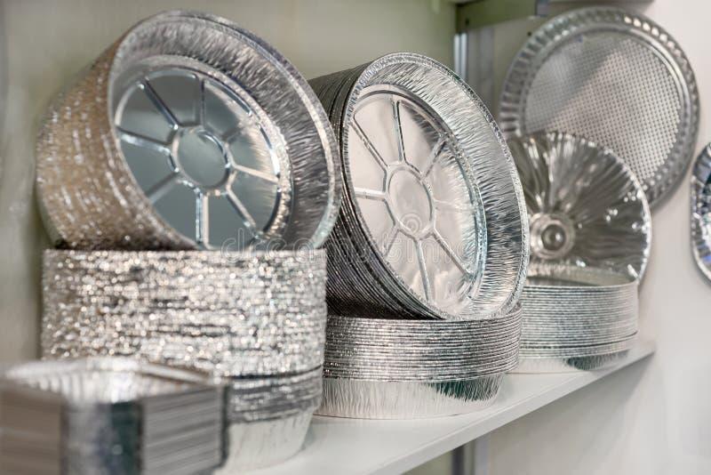 Heel wat containers van het voedselaluminium royalty-vrije stock fotografie