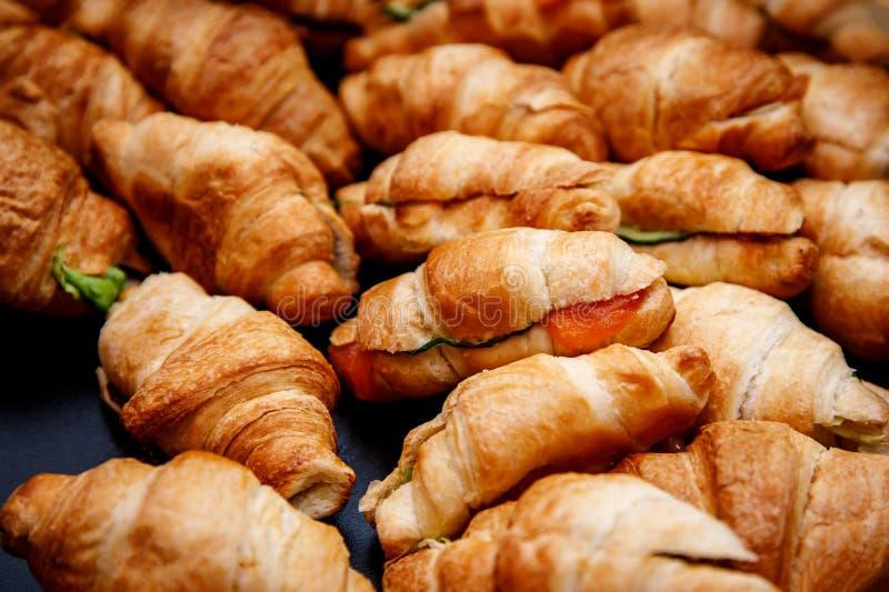 Heel wat croissants op gebeurteniscatering royalty-vrije stock foto