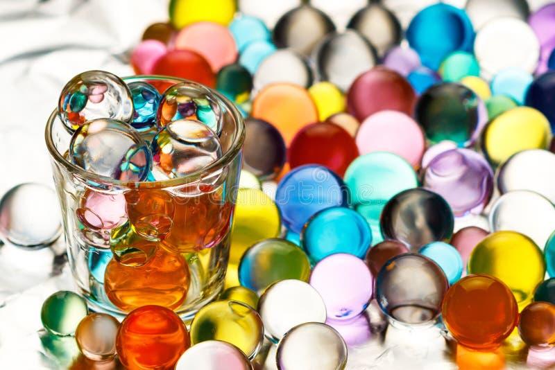 Heel wat die hydrogelballen op aluminiumfolie en een wodkastapel met hydrogelballen wordt gevuld royalty-vrije stock foto