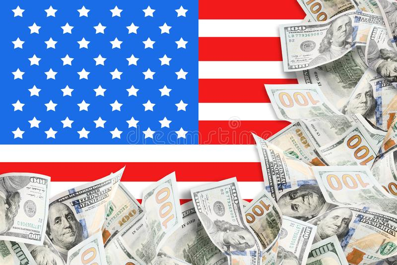 Heel wat dollars en Amerikaanse vlagachtergrond royalty-vrije stock foto