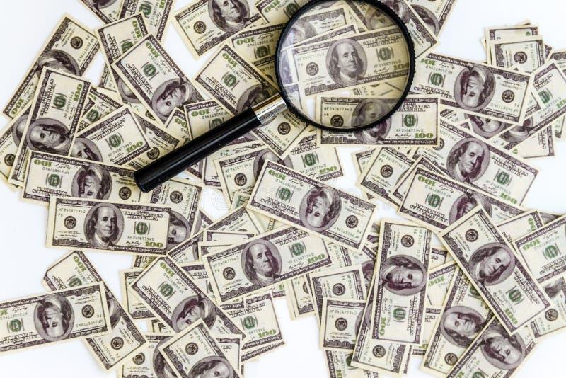 heel wat dollarsbankbiljetten op een witte achtergrond en een vergrootglas op hoogste, hoogste mening royalty-vrije stock afbeeldingen